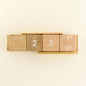 calendario perpetuo en madera